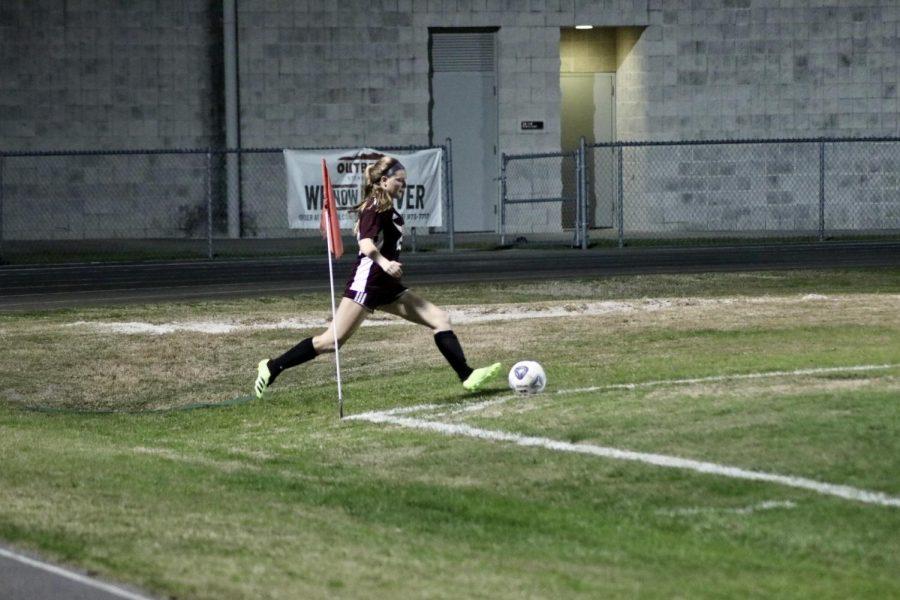 Natalia Kaminski (14) takes a corner kick.